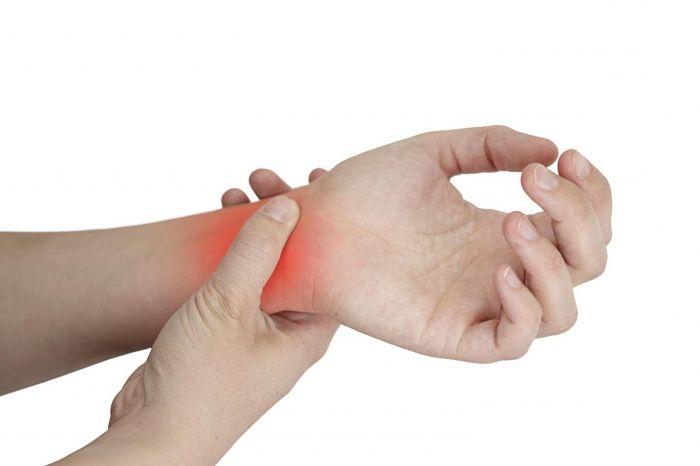 fájdalom az index és a hüvelykujj ízületeiben)