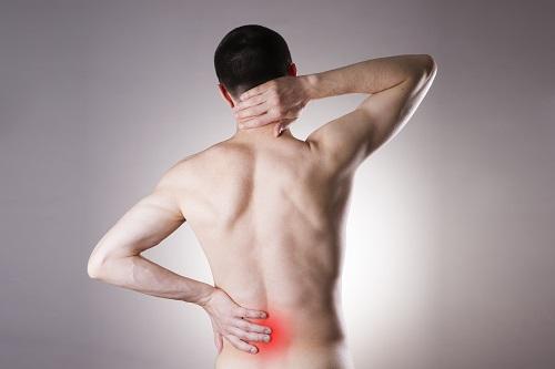 hátfájás, amely a csípőízületre terjed ki