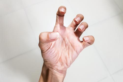fájdalom okai az ujj ízületében)