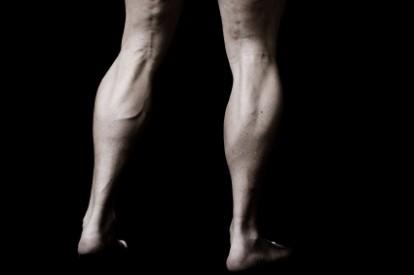 fájdalom az alsó hátán és a térdízületekben)