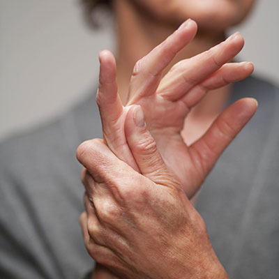 a bal kéz mutatóujja fáj