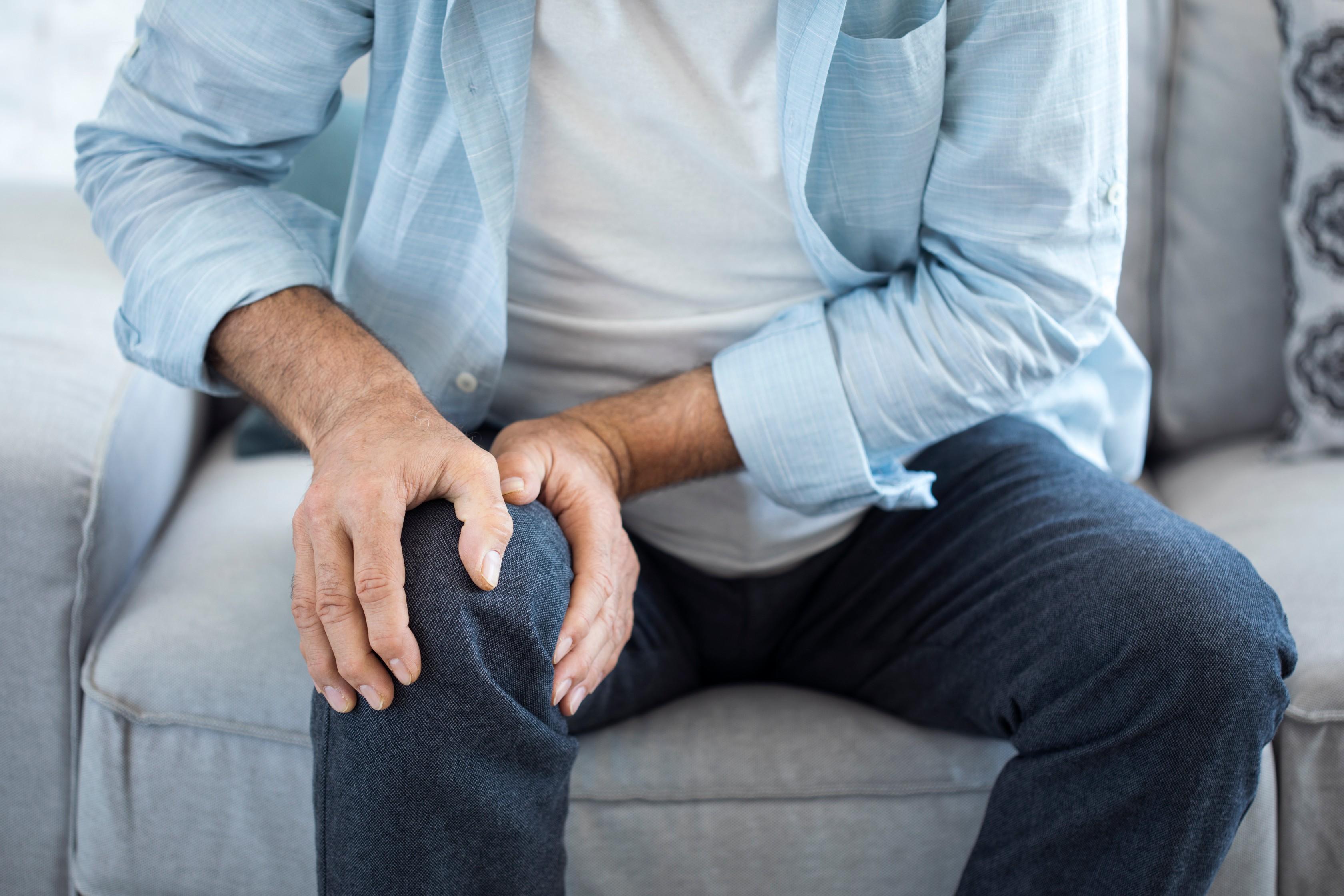 emberi térdízületi fájdalom belülről)