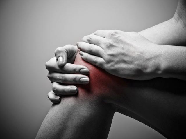 reggel fájnak a lábak és a karok ízületei)