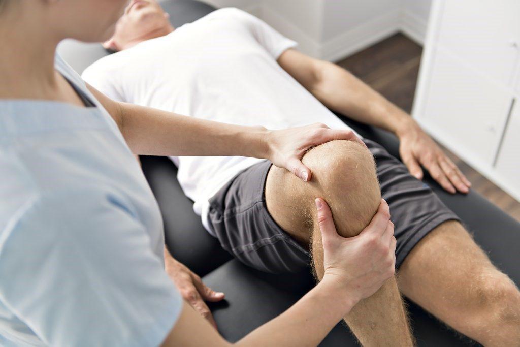 hogyan kezeljük térdfájdalmat otthon a nagy lábujj ízületének duzzanata és fájdalma