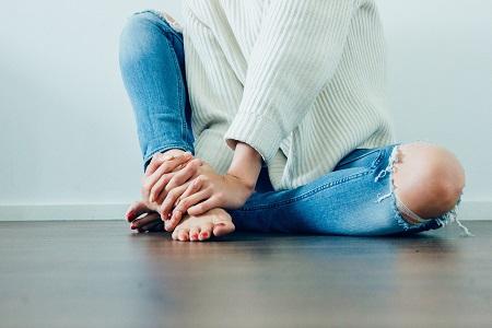 a karok és a lábak ízületei zsibbadtak