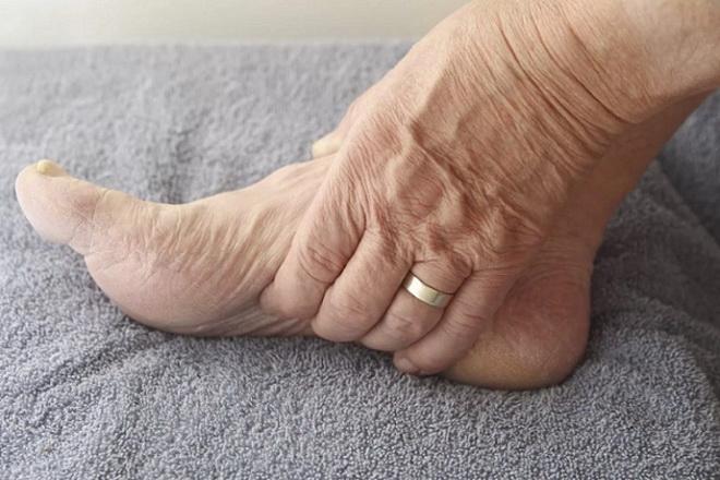 a lábízület károsodása)