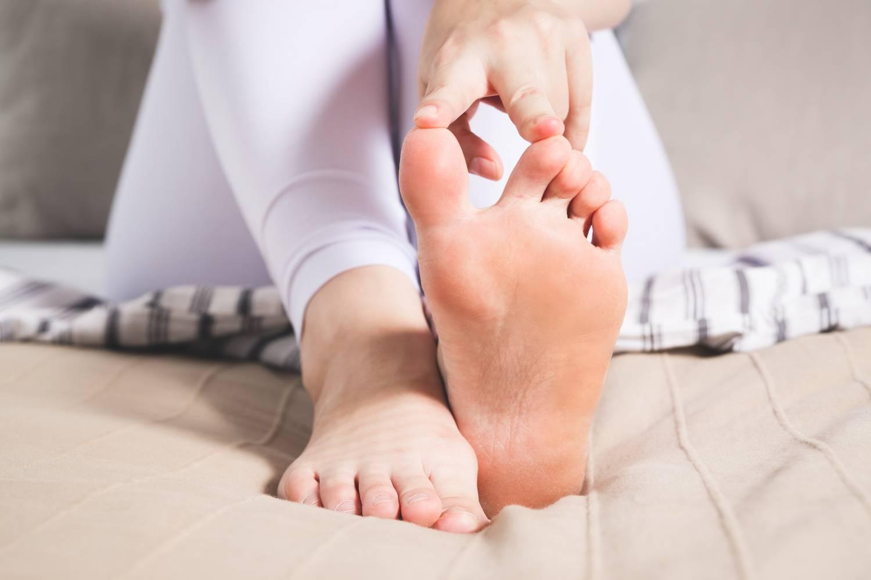 a nagy lábujj ízülete duzzadt és fáj)